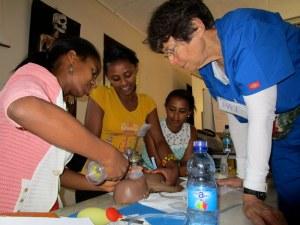 Dra. Bromberger, diretora do curso, demonstra técnicas de reanimação