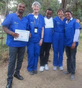 •Dra. Karin Davies (segunda a partir da esquerda) e Dra. Bromberger (segunda a partir da direita) com participantes do treinamento