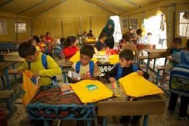 Crianças com SchoolBoxes da ShelterBox em Síria (cortesia da ShelterBox)