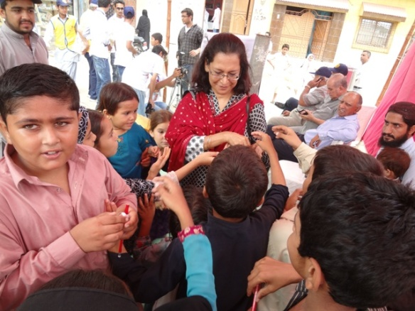 Distributing polio avocacy items to children