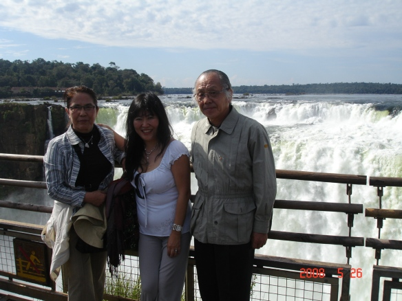Lina e casal nas cataratas