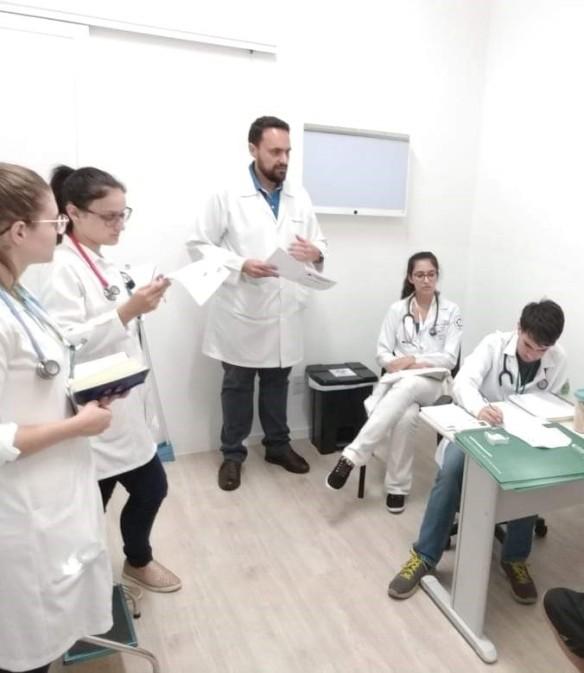 Médicos conversam em laboratório equipado pelo Rotary